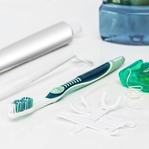 photo d'un nécessaire de soins dentaires quotidiens